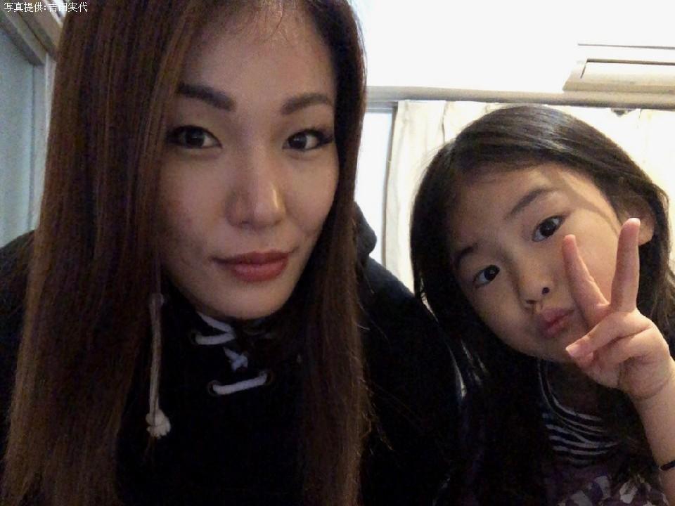 自宅で愛娘と過ごしている吉田実代(32)