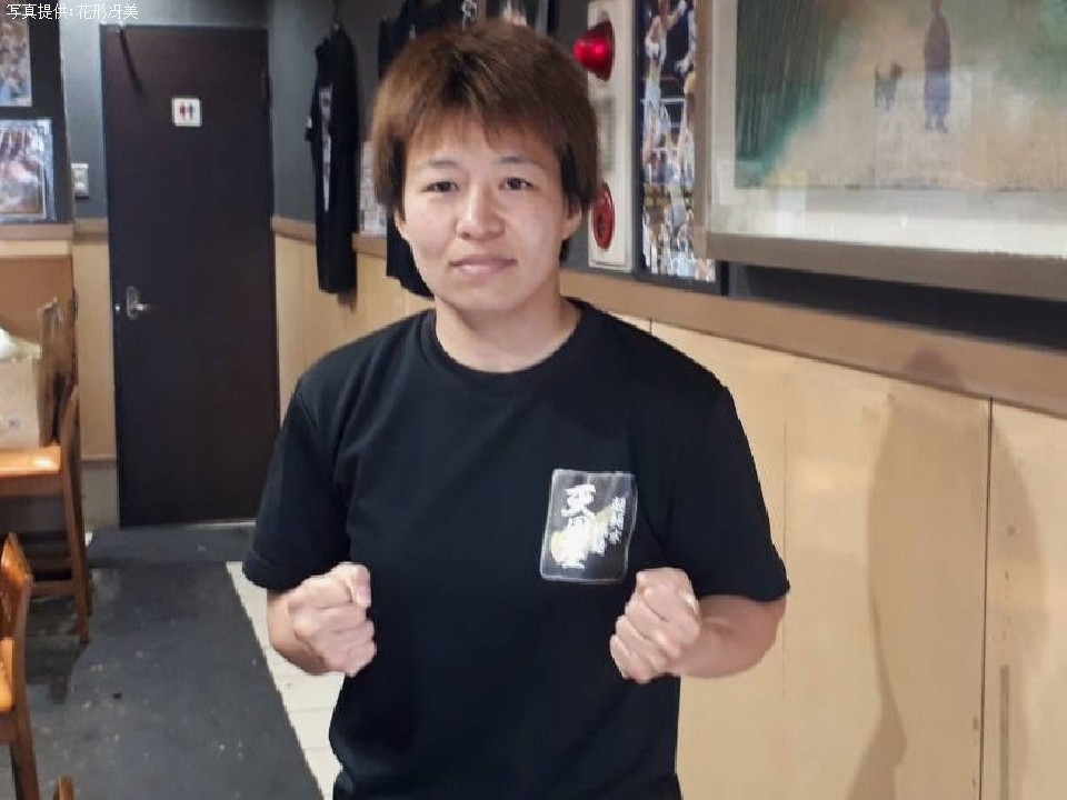 電話取材に応じた花形冴美(35)