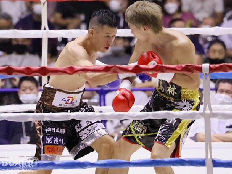 左:大沢宏晋(オール)が攻め立てる